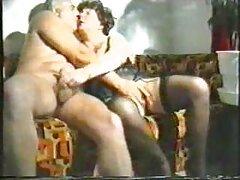 Pornófilmet vetítenek a tévében, és megnéznek egy profi színészt, aki pornófilmet erotikus sex videok készít róluk.