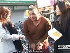 A férfi az ágyban üldögélő Japán nőhöz kötözve próbálja ki a melléből a rózsaszín inget, de a lány lófarokba hajlik, hogy reagáljon a vele való udvarlásra. Egy férfi számára ez nem probléma, csak oldalra dobta, letépte a fehér nadrágot, upskir Mini ruháját, kibaszott a japán nők vákuumában, majd cum mélyen a hüvelybe. anya fia szexvideo