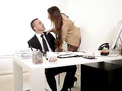 Két Orosz Tini, szex kemenyen Anton és Alina szexuális zaklatást hajt végre a szülők ágyában, a kamera lencséje előtt. Először egy pornó filmben jelennek meg.