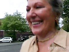 Orosz tini fasz a kanapén. Az első lány szopja a barátját, majd pornófilmek leült, és erős orgazmusba vitte.