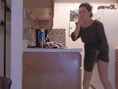 A három percig tartó videóban ez a Fekete Szőke Nudista, szinte nem vetkőzött le, mindig körülnézett, félt, hogy észreveszik és felismerik. A lány, aki teljesen feketében volt, de ruhája családi szexvideók és fekete harisnyája nélkül próbálja leleplezni magát. Lenyűgöző és gyönyörű, amikor még mindig vannak olyan lányok, akik készen állnak arra, hogy még a nyilvánosság előtt is levetkőzzenek, és felfedjék tehetségét az egész világnak, hogy megismerjék. A bőrkabát, nem gombos, Nagy Mellek, érdekes, és egy ki